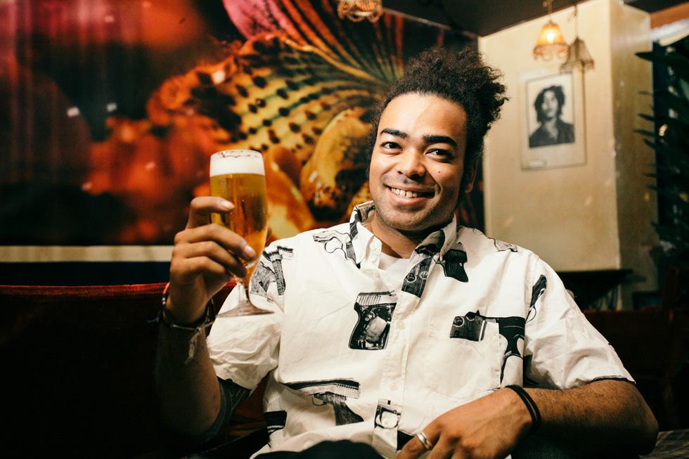 ビールを片手に笑顔を浮かべるカディオ
