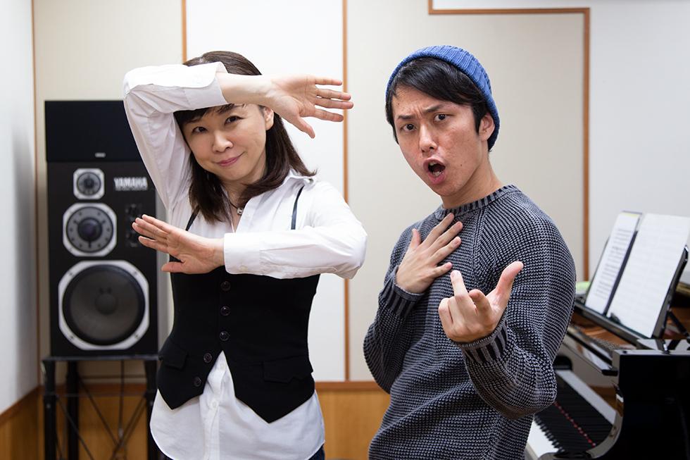 お世話になった鈴木奈美先生と。撮影時、「何か面白いことをしたい」と意欲的な先生に、塩チョがいろんなポーズを教えていました。
