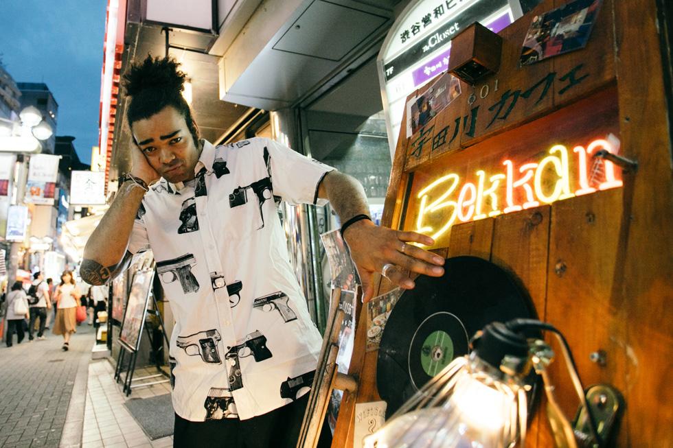 宇田川カフェ別館の看板にあるレコードを回すアクションをするカディオ