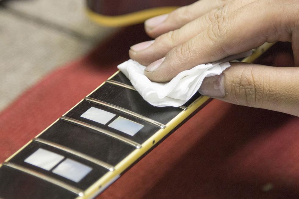 クリーニングでギターをピカピカに!(2)
