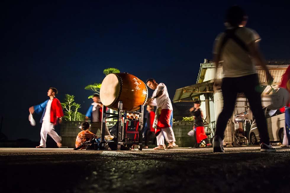 福智町のとある民家の庭先で供養の盆踊りを奉納する地元盆踊り団体「盆踊一家・香春岳」